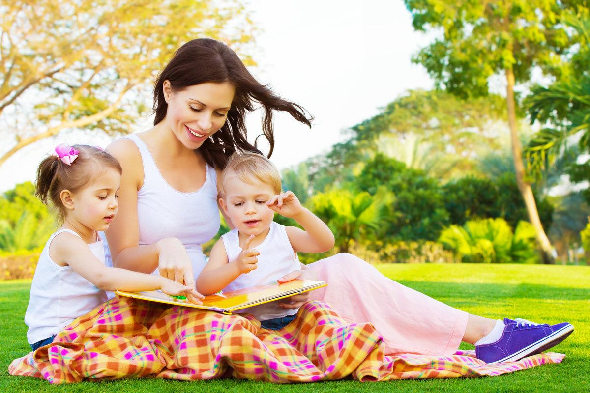 母親が子供たちに絵本を読んでいる画像