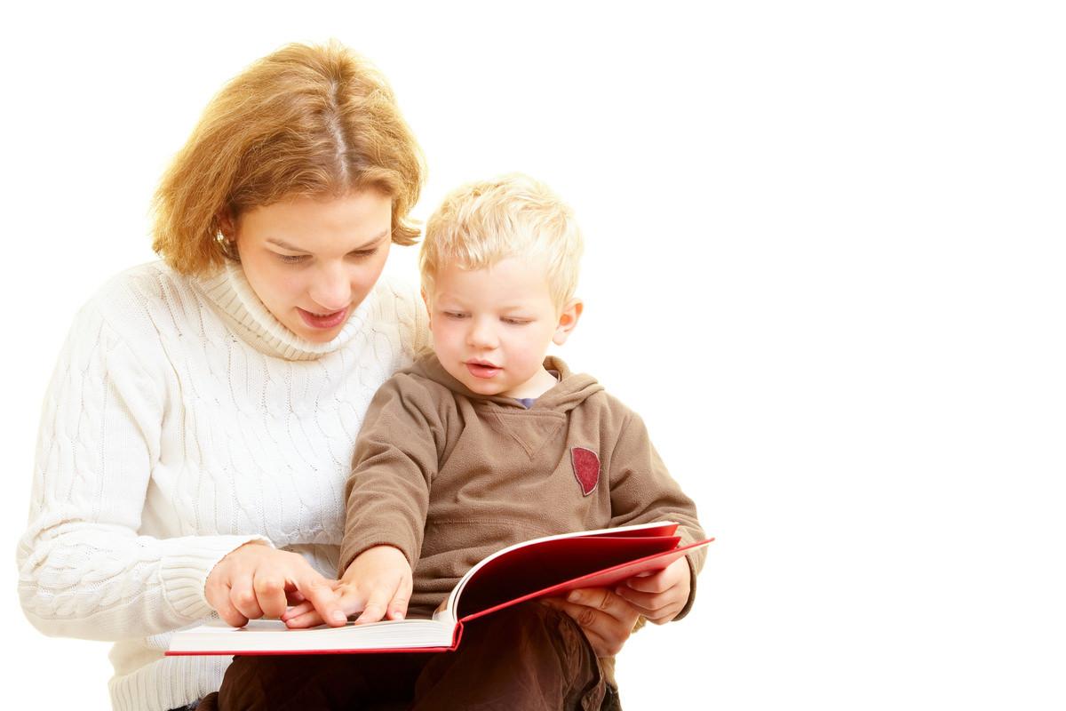 絵本読む母親と絵本を指さす赤ちゃん