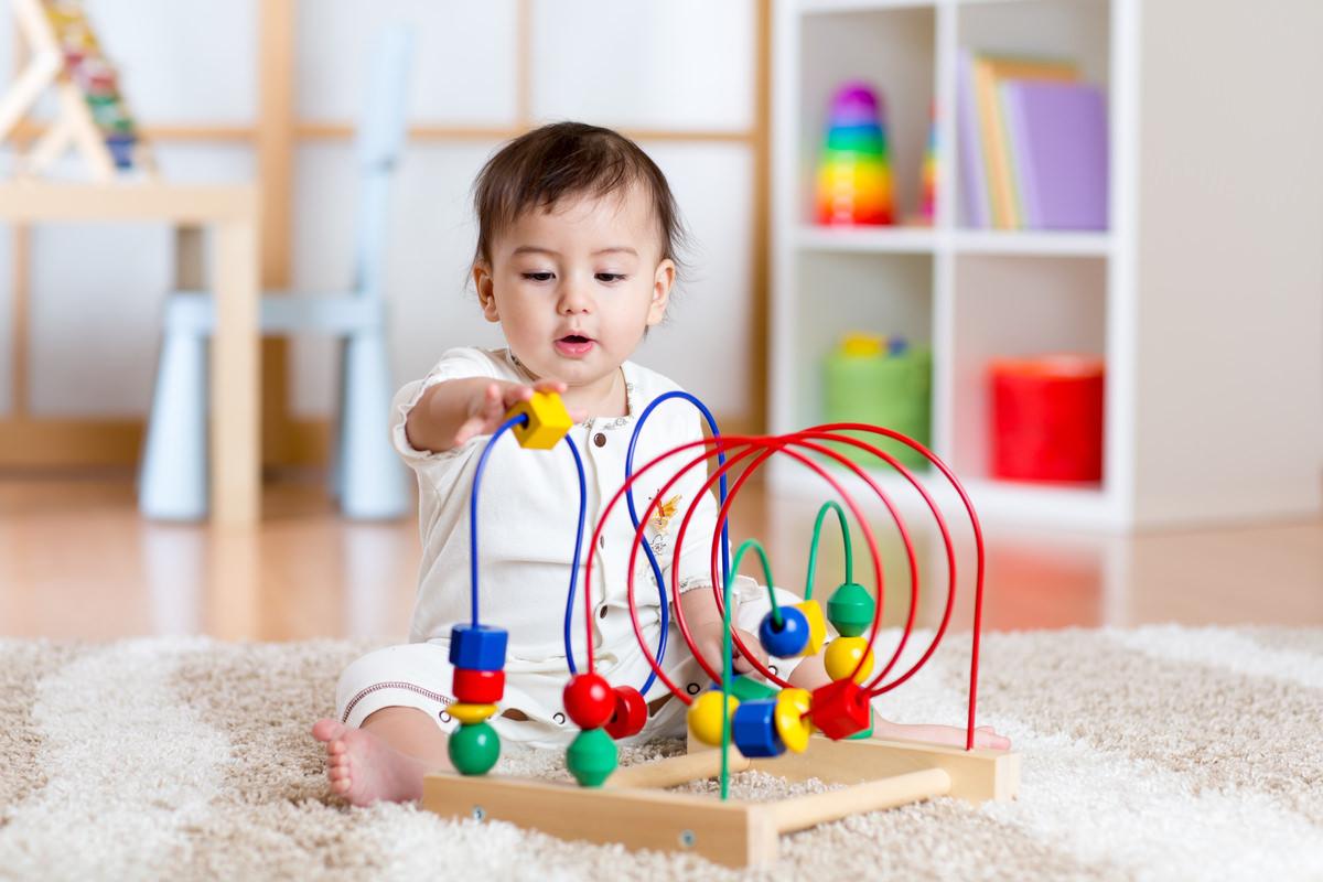 赤ちゃんが知的玩具で遊んでいる画像