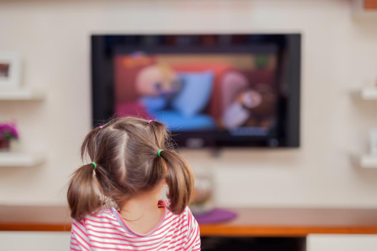 子供がテレビを見る画像