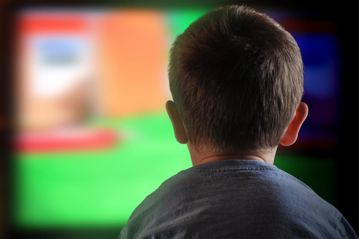 テレビを見ている子どもの画像