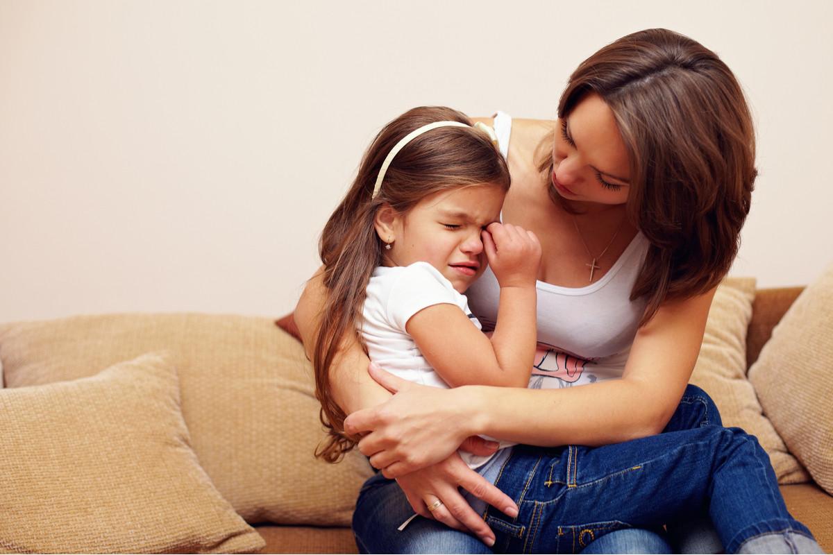 泣いている子供と慰める母親