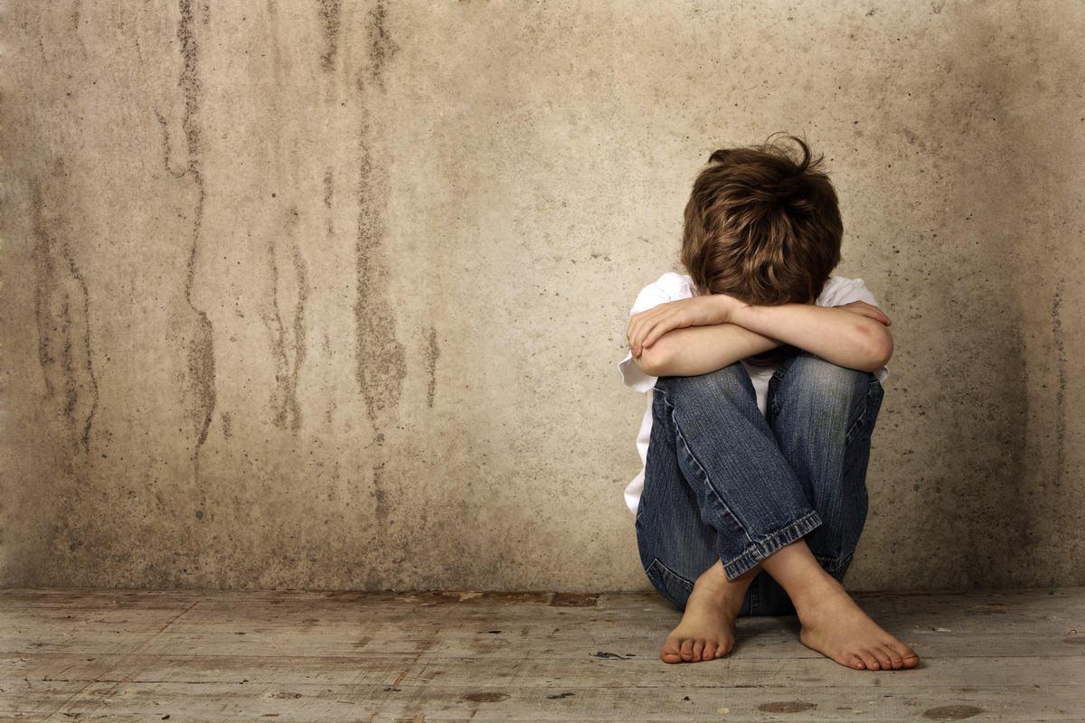 自信を失い落ち込んでいる子供