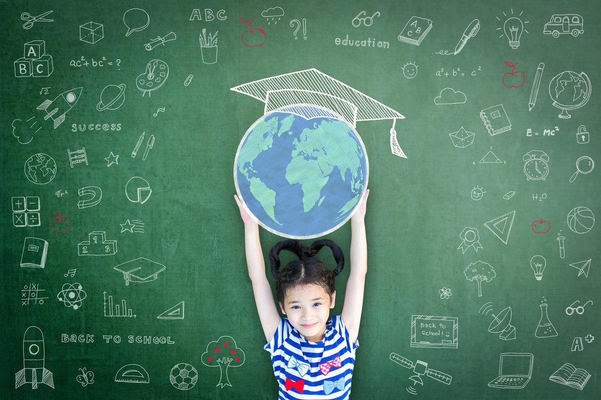 女の子が地球を持ち上げているイメージ画像