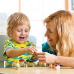 子供と母親が遊んでいる画像