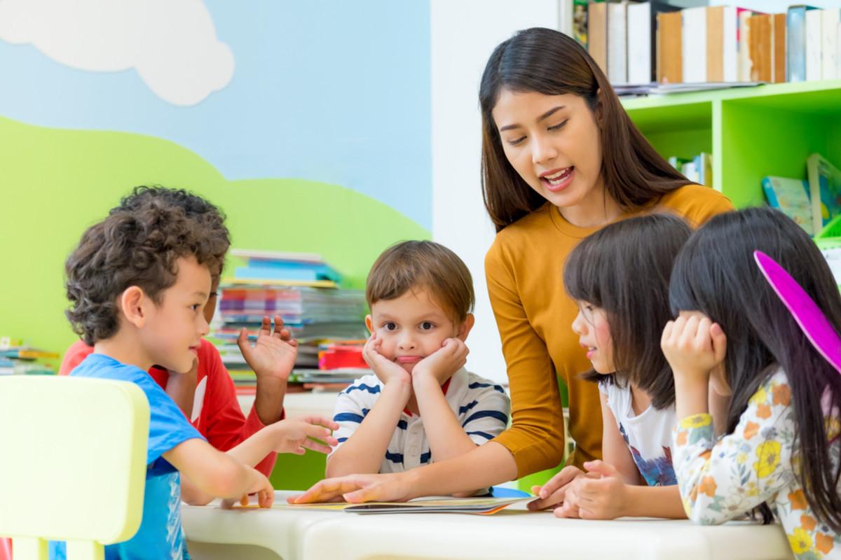 子供たちが先生から学んでいる画像
