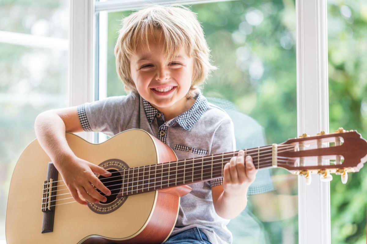 楽しそうにギターを弾く男の子