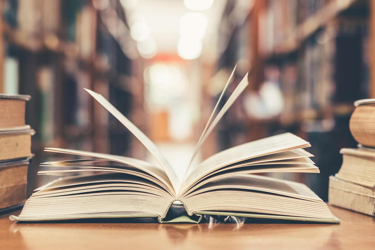 図書館で本を開いている画像