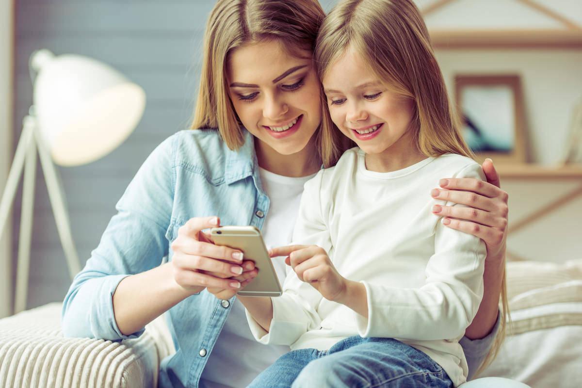 親子で仲良くスマホを使用している画像
