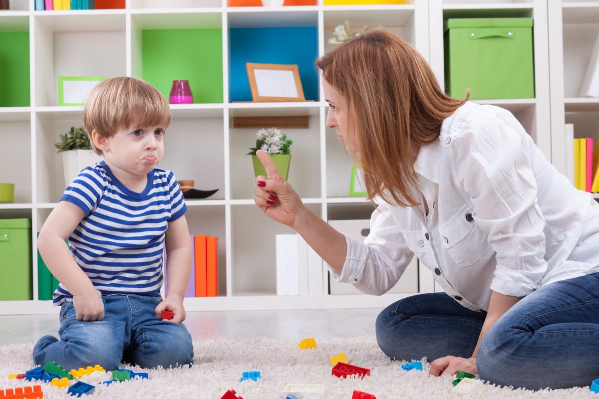 子供を叱る母親と嘘をつく子供