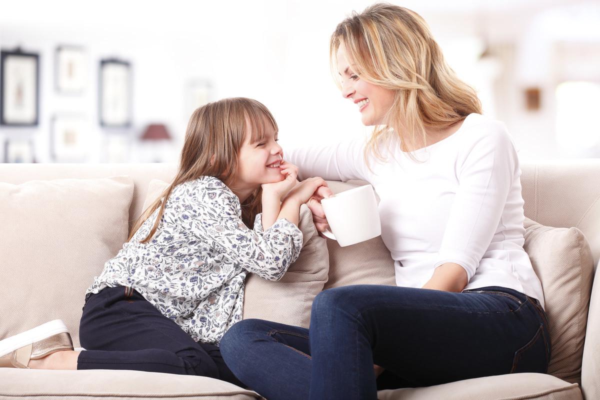 笑顔で会話する母親と娘