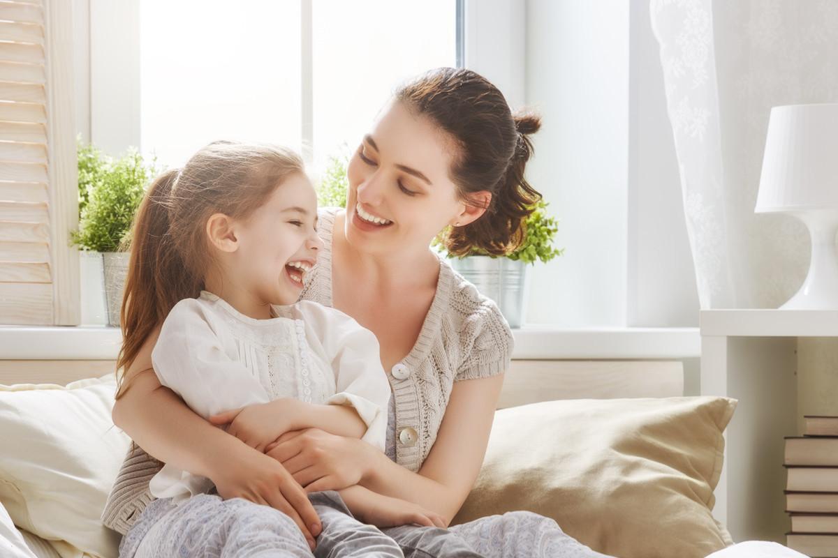 笑顔の親子の画像