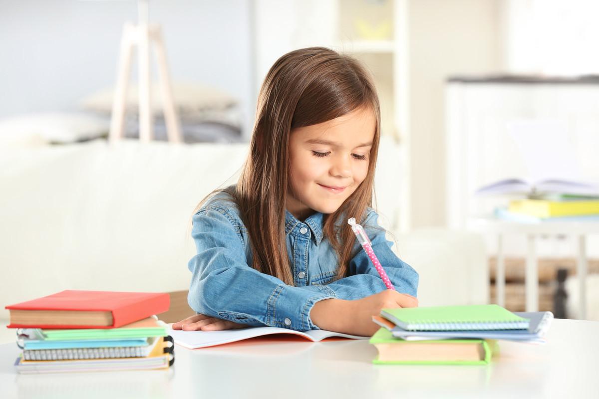 楽しそうに勉強している女の子