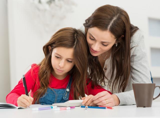 子供に勉強を教える母親