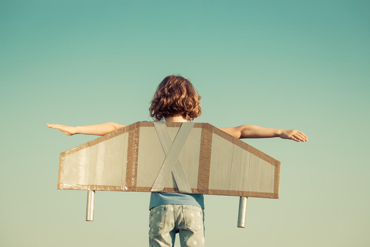 成功を夢見て空に飛び立とうとしている子供