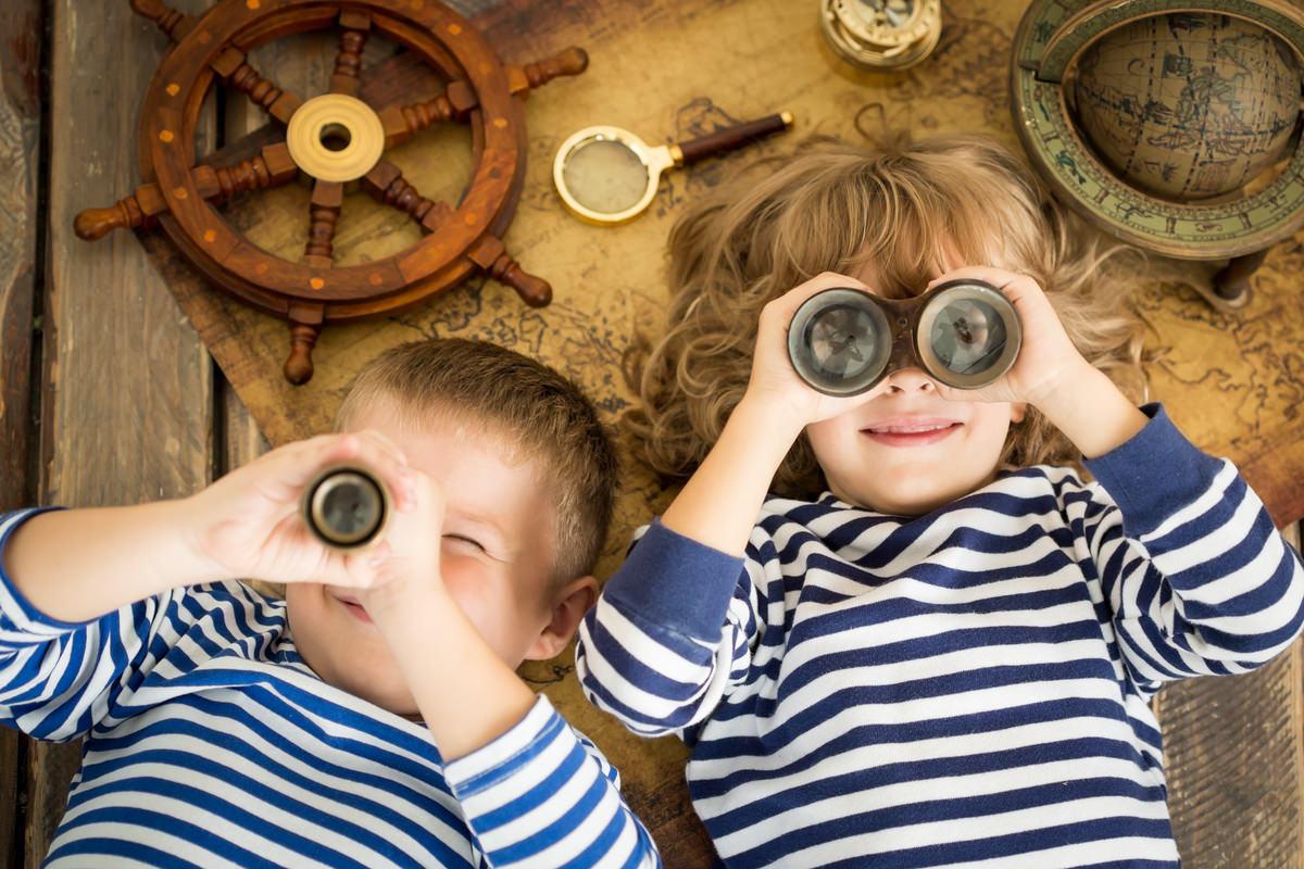 男の子と女の子が双眼鏡で覗き込んでいる画像