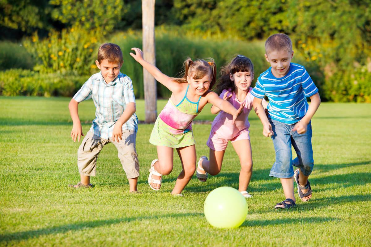 公園でボール遊びをする子供たち