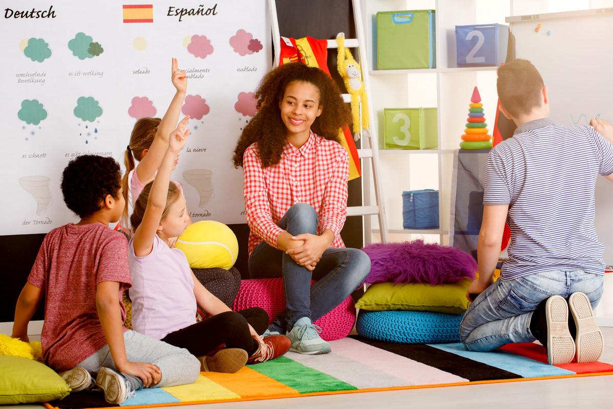 英会話教室で勉強する子供たちと先生