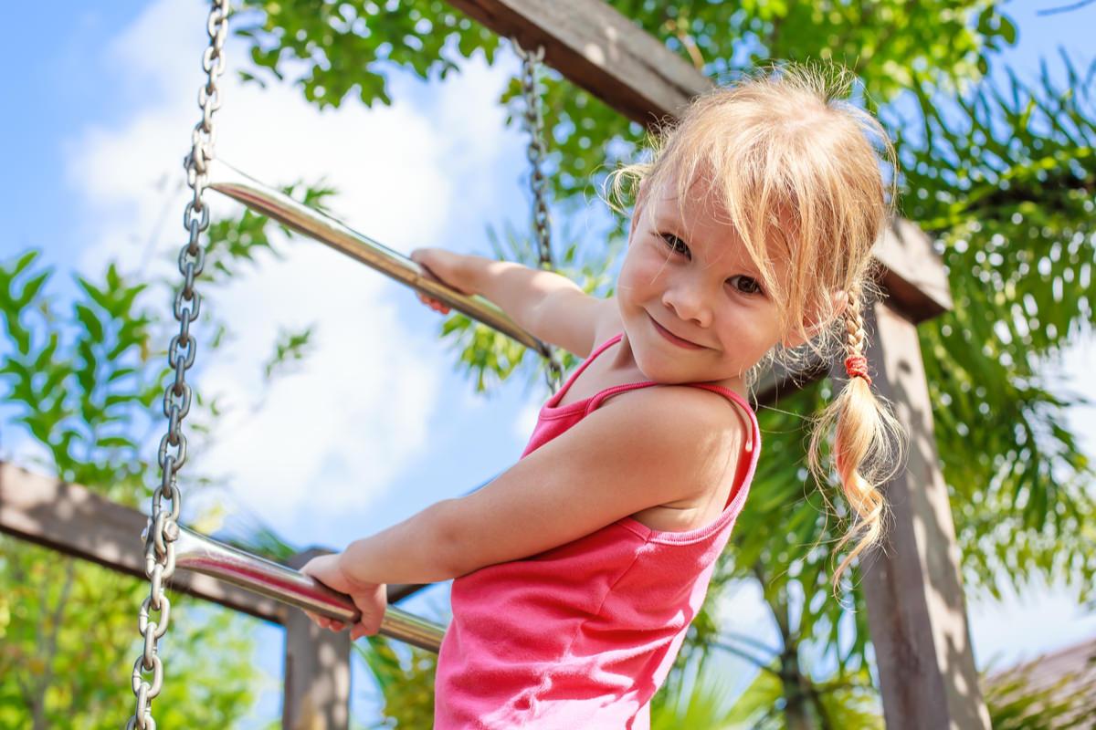 ハシゴを登って遊ぶ女の子