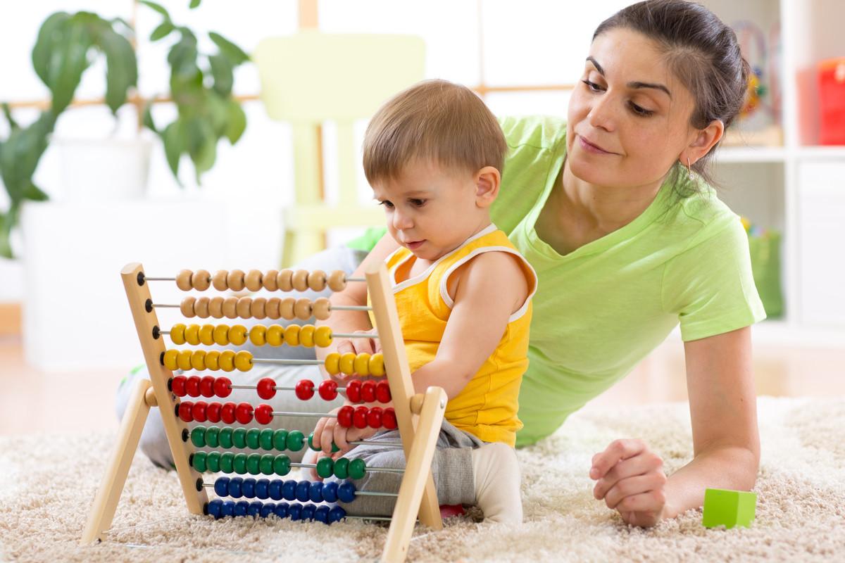 子供が遊ぶのを見守る母親