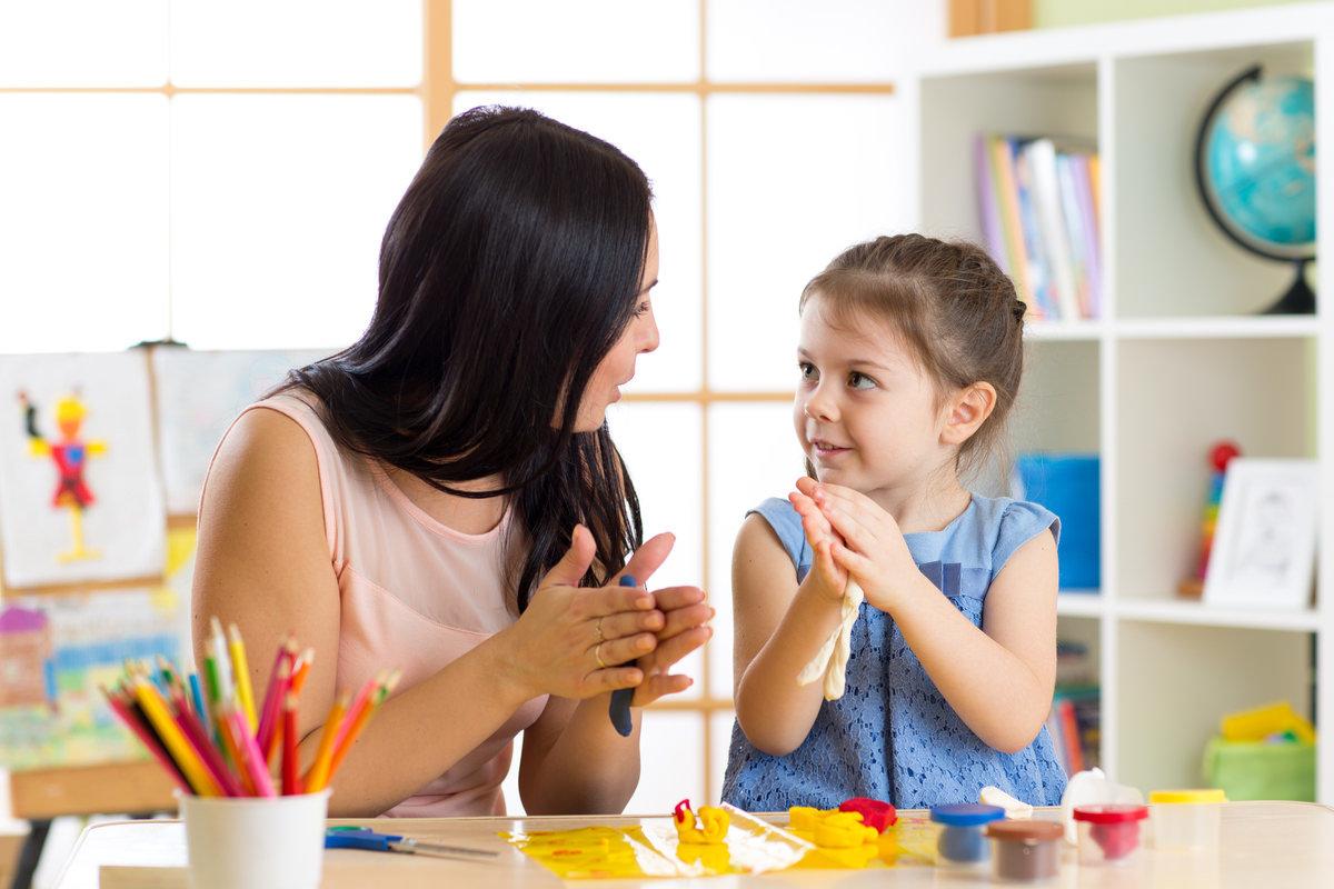 幼児教育教材に取り組む親子