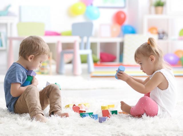 部屋で男の子と女の子が遊んでいる画像