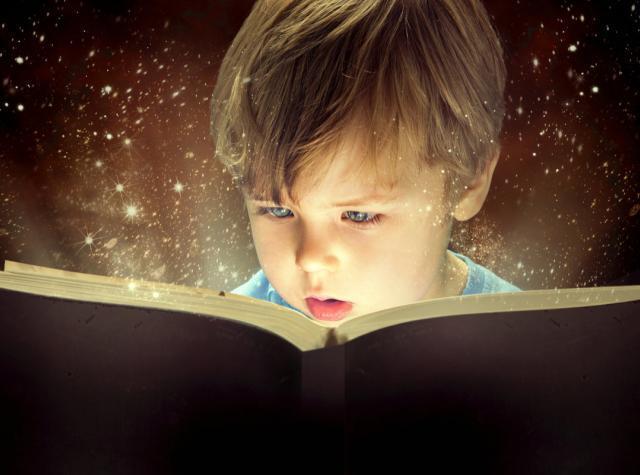 絵本に集中している男の子