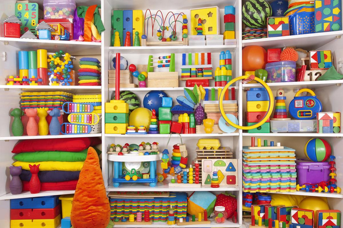 おもちゃがいっぱい詰まった棚