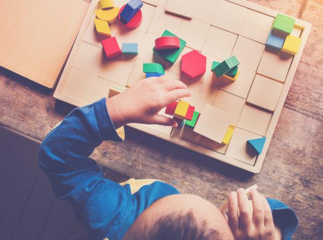 幼児教育教材で遊ぶ子供