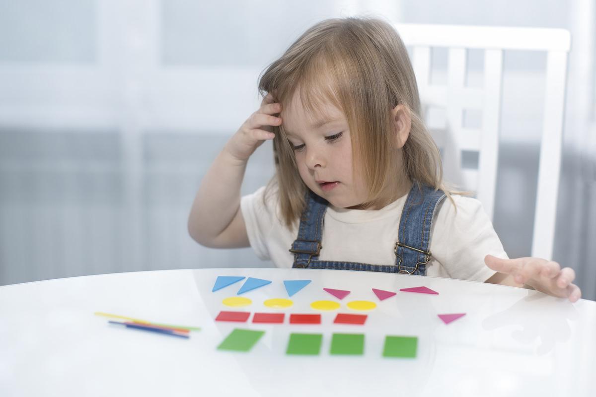 図形教材で遊ぶ子ども