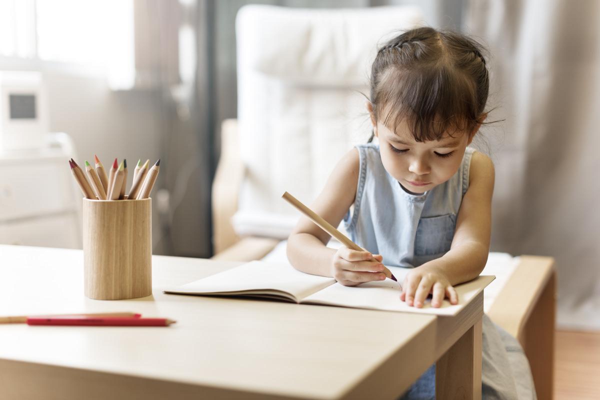 勉強に取り組む幼児