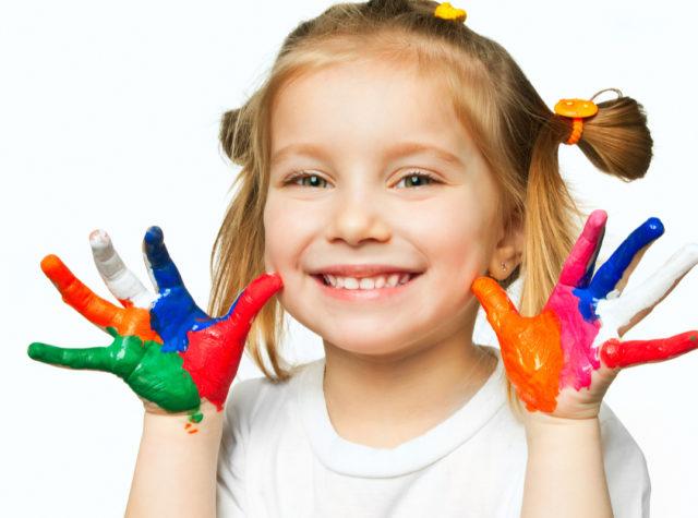 絵の具で遊ぶ幼児